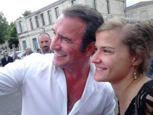 Lena Armas et Jean Dujardin devant le cinéma de Lesparre